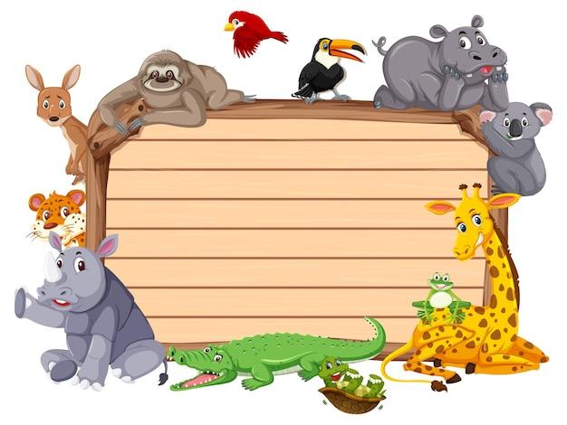 다양한 야생 동물이 있는 빈 나무 판자