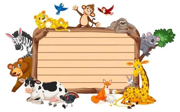 Пустая деревянная доска с различными дикими животными