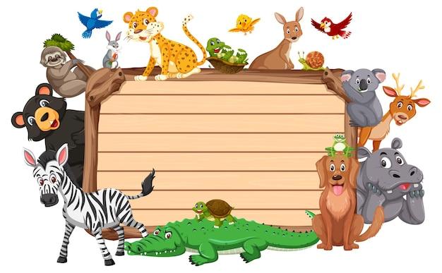 さまざまな野生動物と空の木板