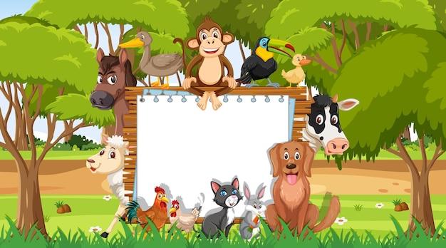 森の中の様々な野生動物と空の木枠