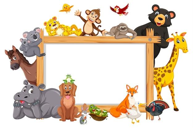 다양한 야생 동물이 있는 빈 나무 프레임