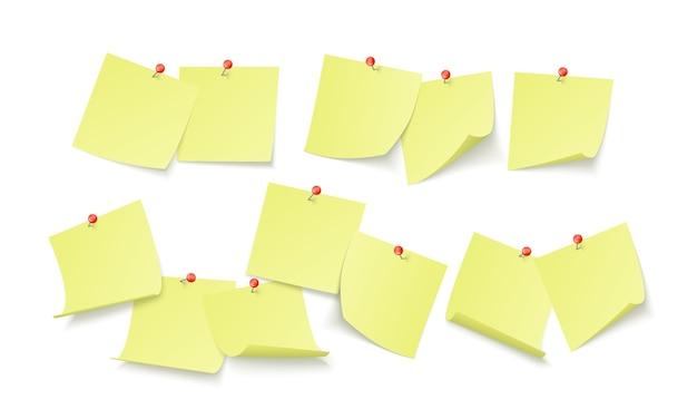 텍스트 또는 메시지를위한 공간이있는 빈 노란색 스티커가 벽에 클립으로 붙어 있습니다. 알림 보드. 흰색 배경에 고립