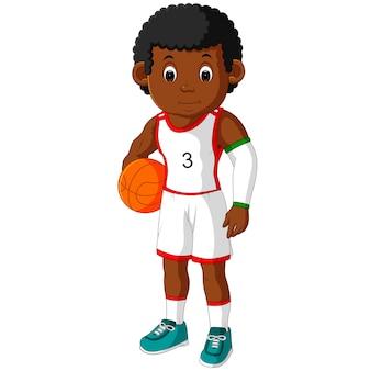 若い男がバスケットボールをしている