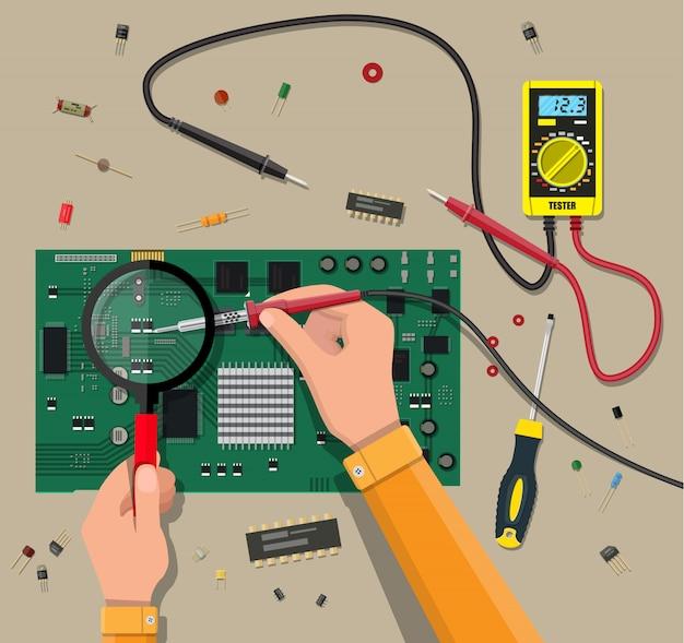 Инженер с мультиметром проверяет материнскую плату
