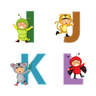 動物の衣装を着た子供たちと英語のアルファベット、iからlの文字
