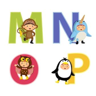 動物の衣装を着た子供たちと英語のアルファベット、mからpの文字