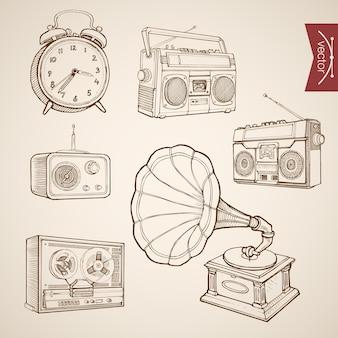 ヴィンテージの手描きの音楽とサウンドのレトロな機器コレクションを彫刻します。鉛筆スケッチ蓄音機、テープレコーダー、ラジオ、時計