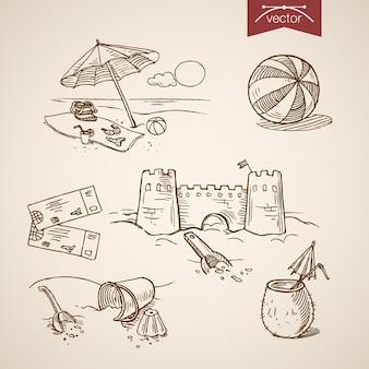 Гравюра старинный рисованной замок из песка, мяч, билет, коктейль, бикини, сумка на коллекции пляжа.