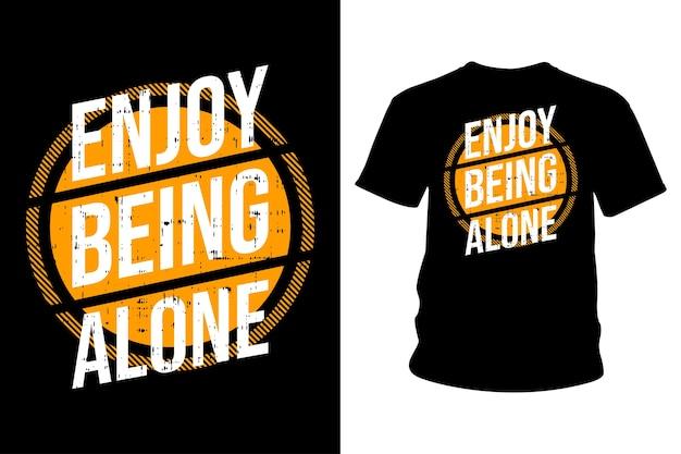 一人でいることを楽しむスローガンtシャツタイポグラフィデザイン