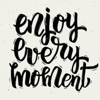 매 순간을 즐기십시오. 손으로 그린 글자는 흰색 바탕에. 삽화