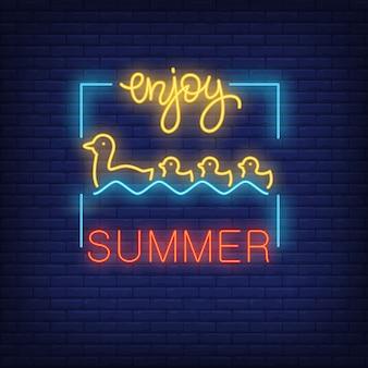프레임에 수영 오리와 오리 새끼와 함께 여름 네온 텍스트를 즐기십시오. 계절별 제안 또는 판매 광고