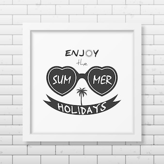 여름 휴가 즐기기-벽돌 벽에 인쇄상의 사실적인 흰색 사각형 프레임
