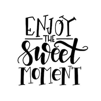Наслаждайтесь сладким моментом. ручной обращается типографский плакат.