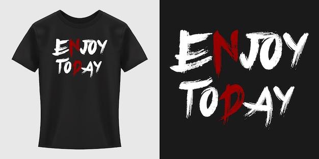 Типографский дизайн футболки enjoy today
