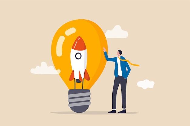 起業家精神、新しいビジネスの立ち上げ、新しいビジネスアイデアを作成し、それを成功のコンセプトにする動機、ビジネスマンは、電球のアイデアの中に革新的なロケットを持って立っている会社の所有者を立ち上げます。