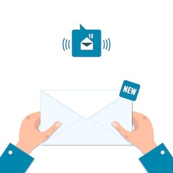 Конверт в руках, уведомление по электронной почте