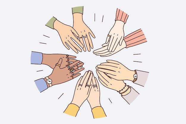 인권, 노동 조합 개념의 평등. 다양한 사람들이 원을 형성하는 혼혈의 손은 서로 자신감 있고 강한 느낌을 주고 있습니다.