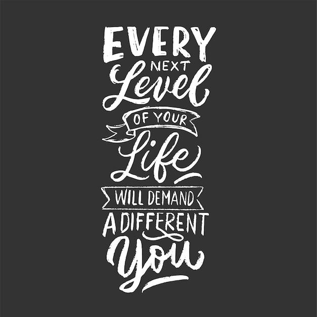 Каждый следующий уровень вашей жизни будет требовать от вас другого. мотивационная ручная надпись цитата. винтажный дизайн типографии с мелом стиле на черном фоне.