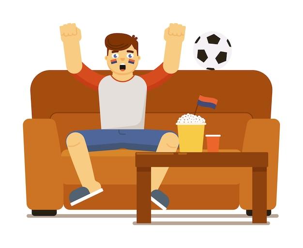 白い背景で隔離の自宅のソファに座ってテレビでサッカーサッカーの試合を見て興奮した叫び声の男
