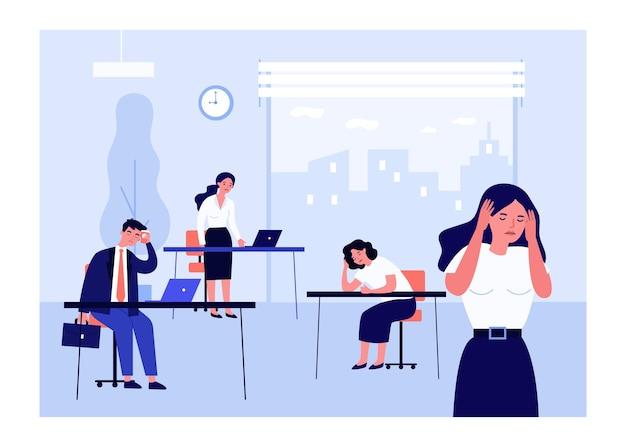 Усталые офисные работники на работе.