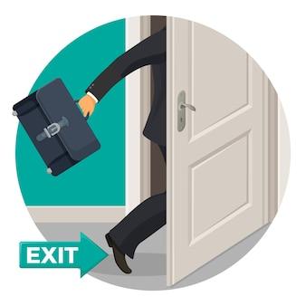건물을 떠나는 가죽 서류 가방으로 검은 양복에 문과 사업가를 종료하십시오. 격리 된 만화 건물에서 멀리 갈 수있는 열린 방법.