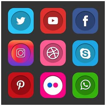 Facebook twitter blogger linkedin tumblr myspaceなどのソーシャルメディアの人気アイコンは、黒い紙に印刷されています