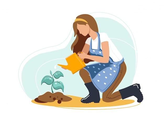Безликая женщина в сапогах и фартуке, поливающая росток дерева на заднем дворе.