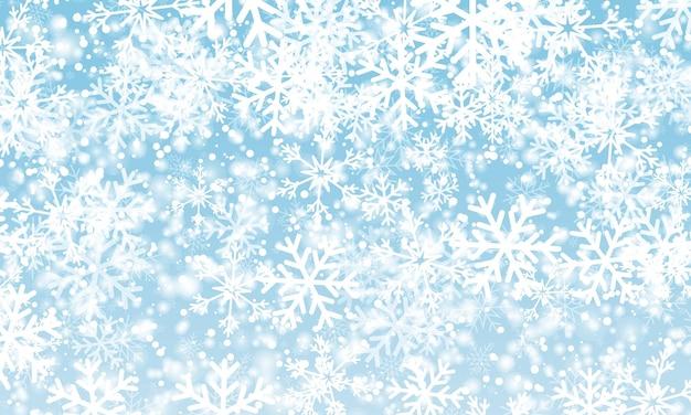 雪が降る。冬の青い空。クリスマスの質感。きらめく雪の背景。