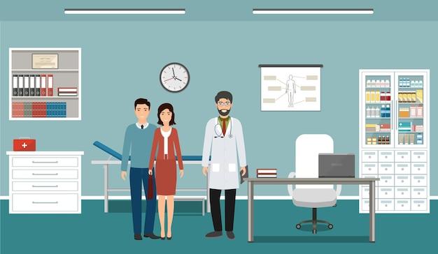 Семья на консультации врача в офисе клиники. врач в униформе и два пациента персонажей, стоящих в кабинете.