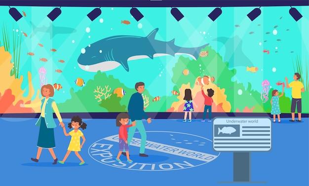 Семья в подводном океанариуме