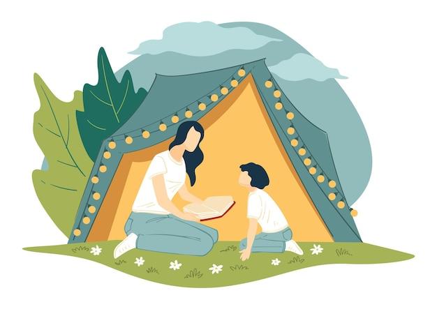 Семейный кемпинг и отдых на летних каникулах. мать читает сказки из книги ребенку, сидя у палатки, украшенной лампочками для декоративных гирлянд. радостные выходные или каникулы на открытом воздухе вектор