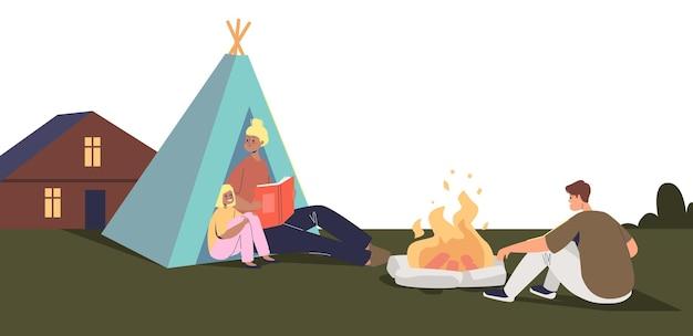 집 밖의 뒤뜰에서 가족 캠핑. 캠프 텐트 주변에서 행복한 아이들과 부모들이 함께 불을 지릅니다. staycation 및 홈 주말 레크리에이션 개념입니다. 평면 벡터 일러스트 레이 션