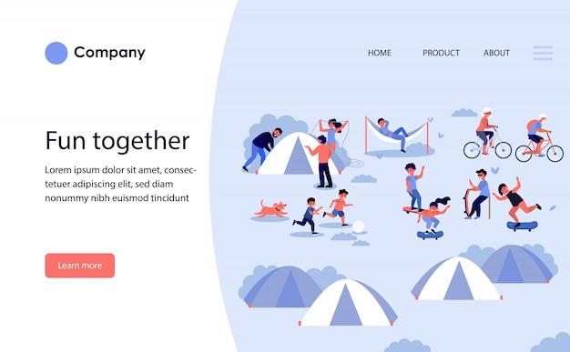 テントでキャンプする家族。ウェブサイトテンプレートまたはランディングページ