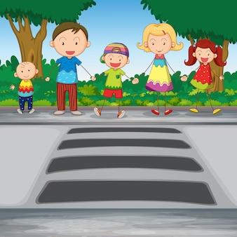 Семья пересекает дорогу