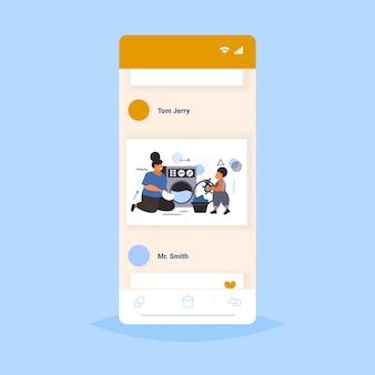Семья делает работу по дому мать с сыном, загружая одежду в стиральной машине концепция очистки экрана смартфона онлайн мобильное приложение полная длина эскиз