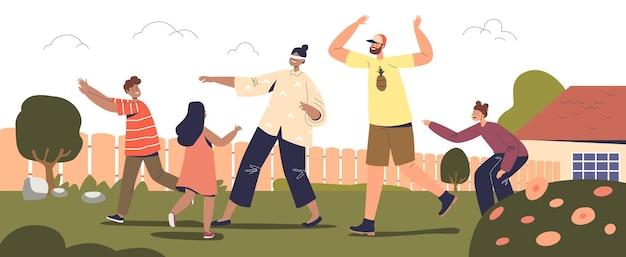 야외에서 가족 게임: 부모와 아이들이 뒤뜰에서 눈을 가린 채 집 밖에서 함께 놀고 있습니다. 엄마, 아빠와 아이들은 재미있습니다. 여가 활동 개념입니다. 만화 평면 벡터 일러스트 레이 션