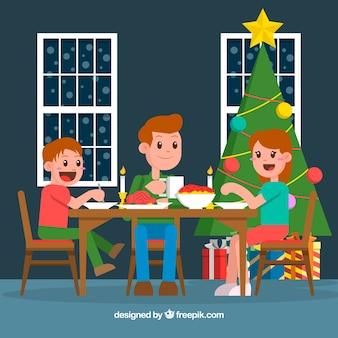 Семья, имеющая рождественский ужин