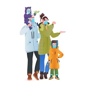 一緒に立っている子供とコロナウイルスパンデミック親の完全な長さのベクトル図を防ぐためにマスクを身に着けている冬服の家族