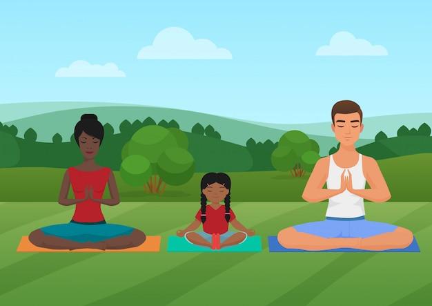 Семья медитирует на природе.