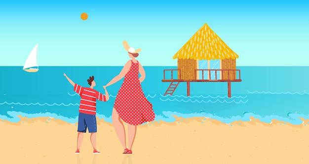 Семья возле воды океана векторная иллюстрация плоская женщина мальчик персонаж отдыхает на берегу моря мать сын ребенок на летних каникулах смотреть на дом на сваях