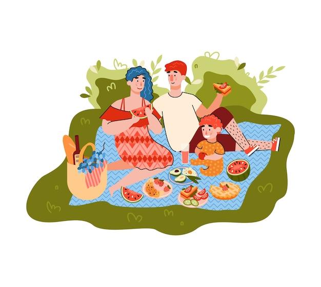 Семья на летнем пикнике - счастливые родители и ребенок ест