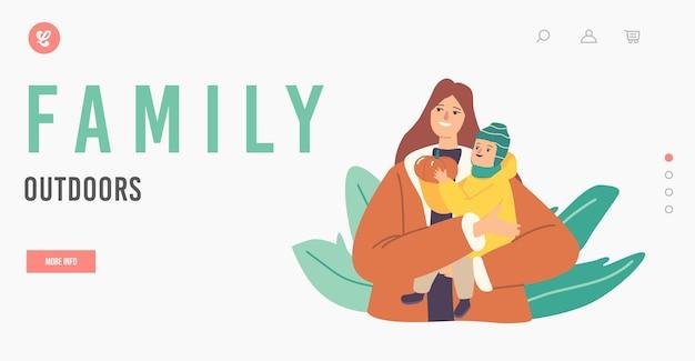 Семейный шаблон целевой страницы на открытом воздухе. счастливая мать держит ребенка с тыквой в руках, свободное время семьи на открытом воздухе, любовь, отдых с ребенком, отдых на свежем воздухе. векторные иллюстрации шаржа