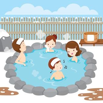 Семья, расслабляющаяся в ванне с горячими источниками, японские онсэн