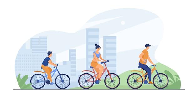 Семья катается на велосипедах в городском парке