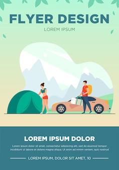 山にキャンプを設置する家族。テントと車のフラットベクトルイラストの近くに子供を持つ観光客。休暇、家族旅行、バナーの冒険の概念、ウェブサイトのデザインまたはランディングウェブページ