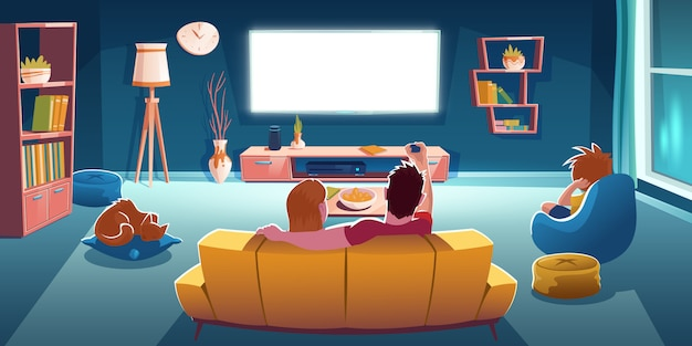 家族はソファに座って、夜にリビングルームでテレビを見ます。ソファの上のカップル、椅子の上の少年、輝くテレビ画面の背面とラウンジルームのインテリアの漫画イラスト