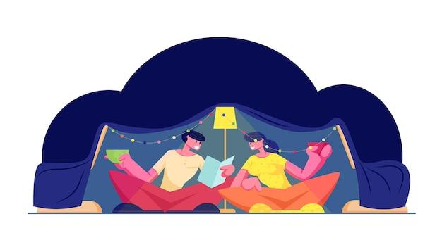 Время для семьи. счастливая любящая пара с удовольствием, сидя в темной комнате дома в детской самодельной палатке, читая книгу и выпивая напитки. мультфильм плоский рисунок