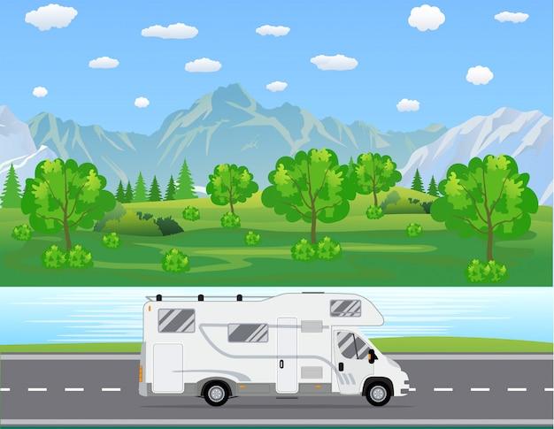 家族旅行のトラックが道路を走行します。