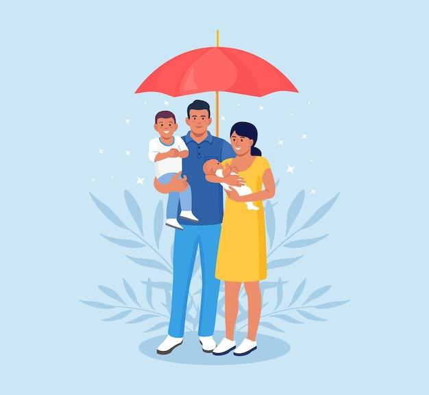 Семья под зонтиком. страхование жизни, защита здоровья и жизни детей во время путешествия или отдыха. будущая финансовая поддержка в случае несчастного случая или болезни. охрана здоровья