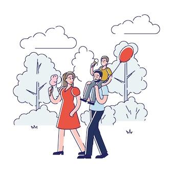 家族は公園を散歩します。屋外を歩いている息子と若い幸せな親